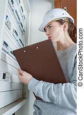 femme, boîte, fusible, électricien, vérification
