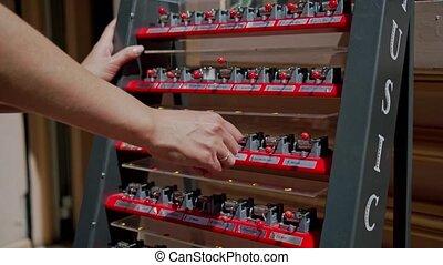 femme, boîte, shop., rue, fin, cadeau, jouer, compteur, main, petit, musique, haut, mains