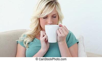 femme, boire, grande tasse
