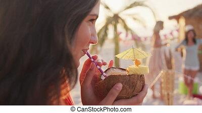 femme, boire, plage, caucasien, cocktail