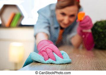 femme, bois, résolu, précis, travailleur, essuyer, poussière, table