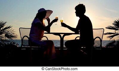 femme, boisson, ciel, contre, silhouettes, coucher soleil, fraternité, table, assied, homme