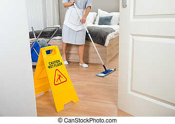 femme, bonne, nettoyage, plancher