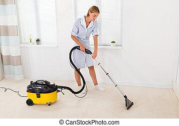 femme, bonne, nettoyer aspirateur, plancher