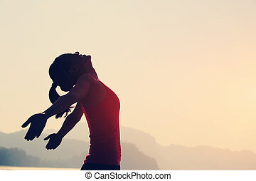 femme, bord mer, ouvert, jeune, bras