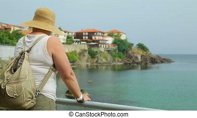 femme, bord mer, touriste