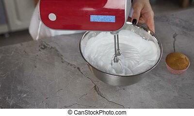 femme, boulanger, mélangeur, bowl., moteur, mélange, utilisation, oeuf blanc, crème