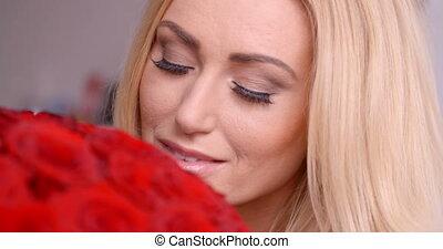 femme, bouquet, rose, joli, sentir, frais, rouges