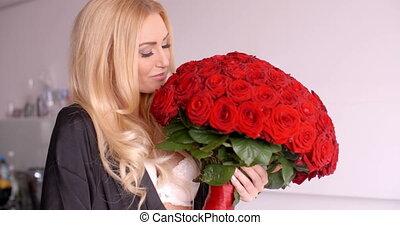 femme, bouquet, rose, sleepwear, tenue, sourire