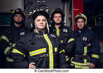 femme, brûler, image, hommes, trois, pompiers, camion, fond
