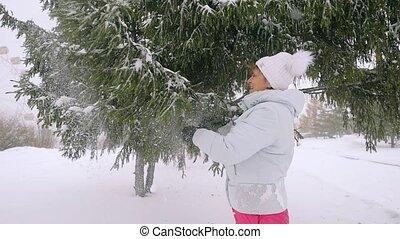 femme, branches, neigeux, slowmotion., mûrir, vieilli, secousse, 1920x1080, heureux