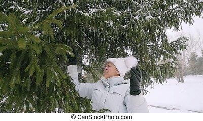 femme, branches, neigeux, vieilli, mûrir, slowmotion, fun., a, secousse, heureux
