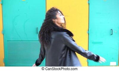 femme, bras, arabe, autour de, marche, sourire, ouvert,...