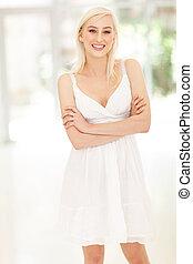 femme, bras croisés, jeune, blond