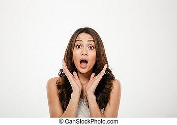 femme, brunette, choqué, regarder, appareil photo, ouverture bouche