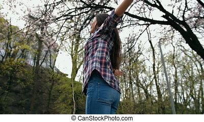 femme, brunette, tourner, chemise, bras, checkered, rire, dehors, tendu, sourire heureux