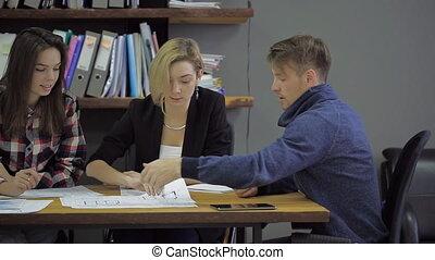 femme, bureau., architecture, moderne, construction, conseiller