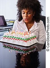 femme, bureau, business, bougies, célébrer, anniversaire, souffler, fête