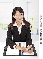 femme, bureau, business, jeune, téléphone, tenue, toucher, portrait, sourire
