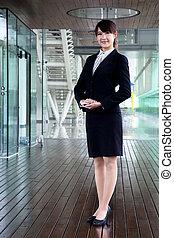 femme, bureau, business, morden, stand, sourire, fullbody