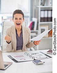 femme, bureau, business, réjouir, portrait, heureux