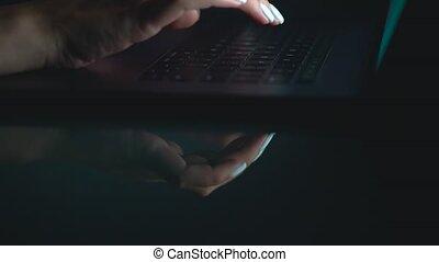 femme, bureau, clavier, mains, ouvrier, dactylographie, nuit, ou