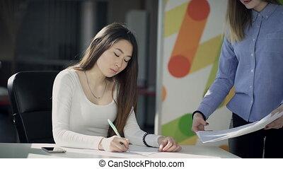 femme, bureau., collègue, jeune, clarifier, détails, schématique, vient