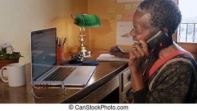 femme, bureau, elle, haut, téléphone sans fil, noir, mûrir, pendre, maison, heureux