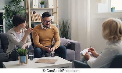 femme, bureau, fâché, jeune, conversation, séance, pendant, psychotherapist's, mari
