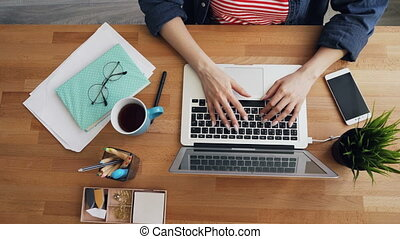 femme, bureau, fait zoom, sommet, bureau, bois, dactylographie, portable utilisation, vue