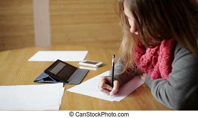 femme, bureau fonctionnant, papiers