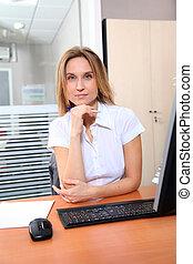 femme, bureau fonctionnant