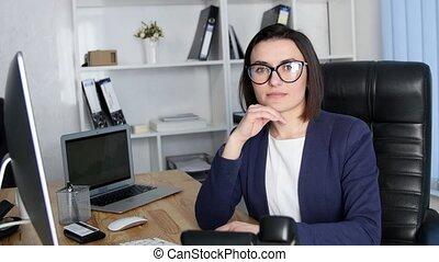 femme, bureau fonctionnant, réussi, regarder, appareil photo, sourire, business