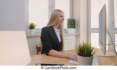 femme, bureau, fonctionnement, séance, business, bureau., bureau, screen., lumière, regarder, informatique, séduisant, femme, complet, sourire heureux, attentivement, moniteur