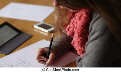 femme, bureau, jeune, écriture, papier, mains
