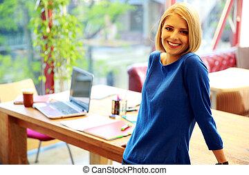 femme, bureau, jeune, gai, penchant, table