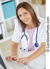 femme, bureau médical, main, docteur, dactylographie