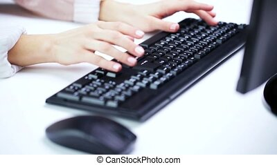 femme, bureau, mains, dactylographie, clavier ordinateur