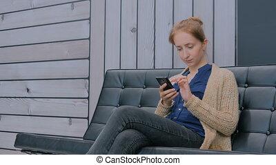 femme, bureau, moderne, jeune, divan, smartphone, utilisation