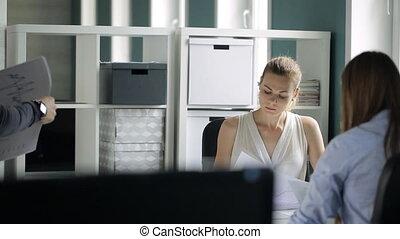 femme, bureau., ventes, graphique, spectacles, collègue, homme