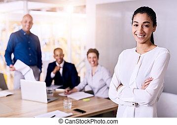 femme, business, elle, regarder, appareil photo, équipe, sourire
