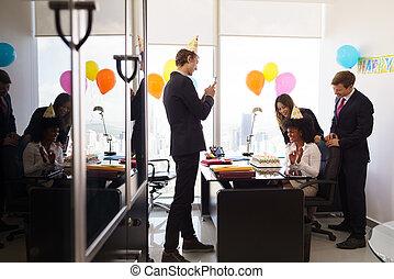 femme, célèbre, fêtede l'anniversaire, dans, bureau affaires, à, collègues