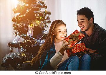 femme, cadeau, jeune regarder, noël, mari