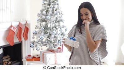 femme, cadeau, ouverture, jeune, joli, noël