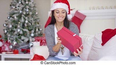 femme, cadeau, ouverture, jeune, noël, excité