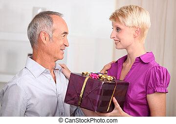 femme, cadeau, plus vieux, donner, jeune homme