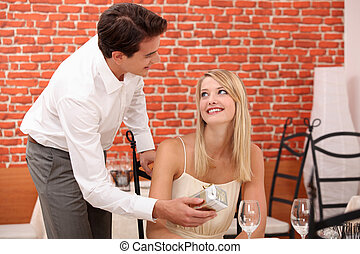 femme, cadeau, restaurant, donner, surprise, homme