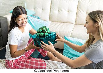 femme, cadeau, sleepover, fêtede l'anniversaire, pendant, réception, ami