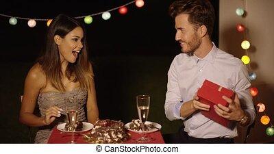femme, cadeau, valentines, jeune, réception, heureux