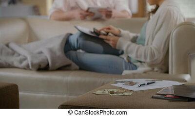femme, calculer, discuter, argent, sur, dépenses, jeune homme